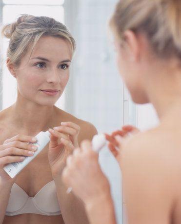 Kullandığınız nemlendiricinin serumunu da kullanarak, nemlendiricinin etkisini katlayın. Çünkü serumlar antioksidanlar açısından zengindir ve nemlendiriciden önce uygulandığında etkisini gösterirler.